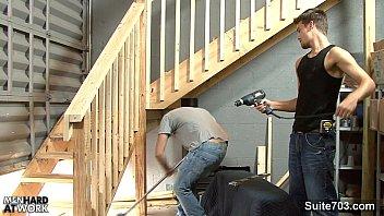 El carpintero por fin me termina la escalera del almacén y me repasa el culo.